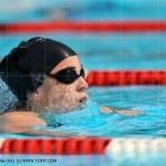 Nageur avec bonnet et lunettes de piscine